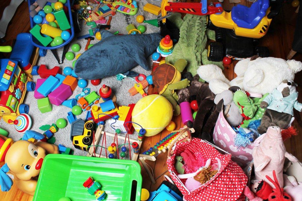Hodne hracek v detskem pokoji